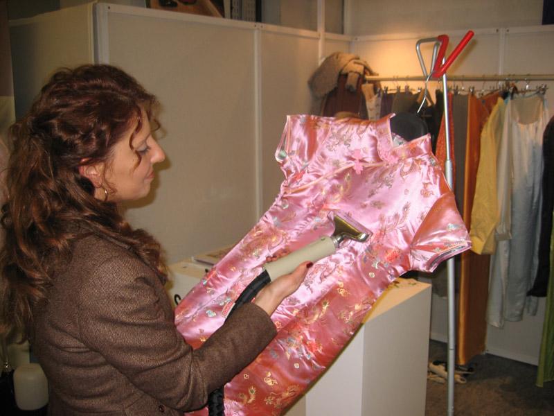 le defroissage vapeur des matières precieuses est facilite avec l'emploi d'un defroisseur